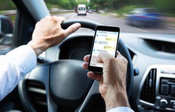 Finger weg vom Handy am Steuer!